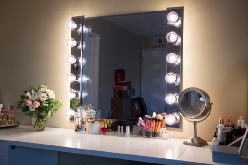 Image of: Diy Vanity Mirrors With Lights