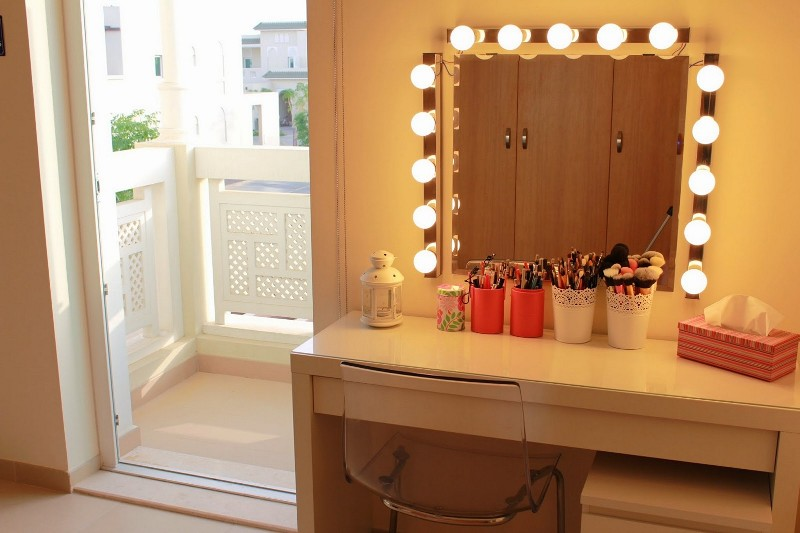Image of: Tabletop Vanity Mirrors With Lights
