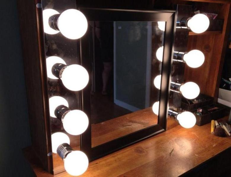 Image of: Vanity Mirror With Light Bulbs