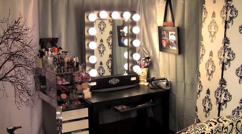 Vanity Set With Hollywood Lights