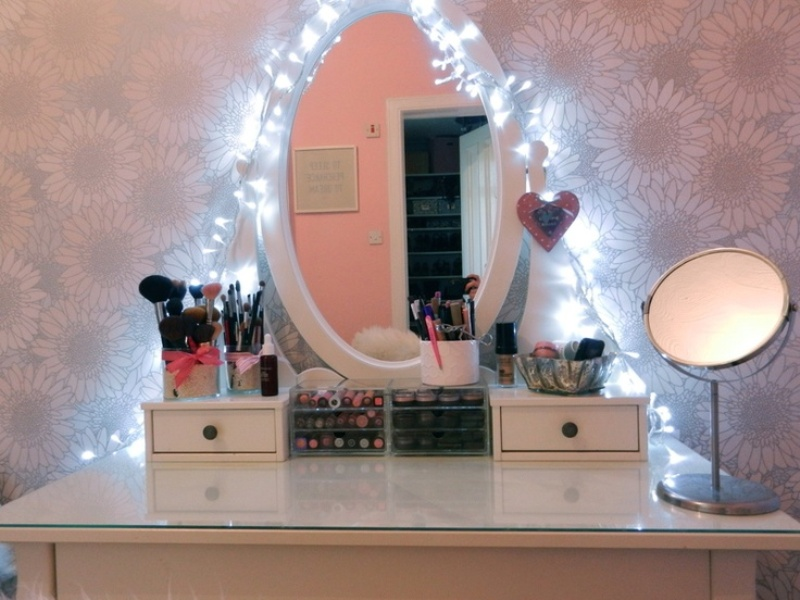 Vanity Table With Lights Around Mirror