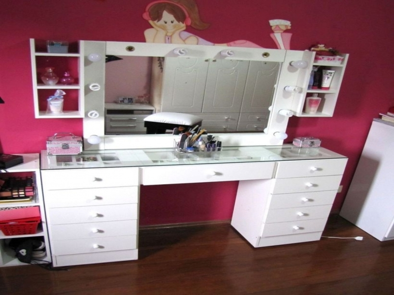 White Vanity Table With Lights