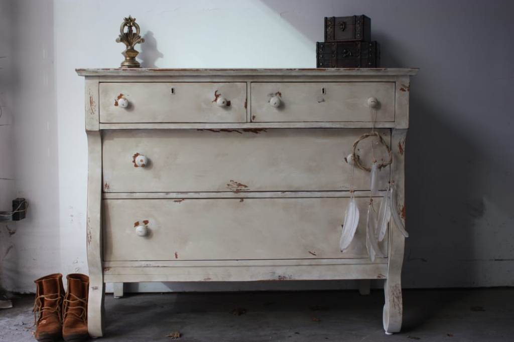 Image of: Distressed White Dresser