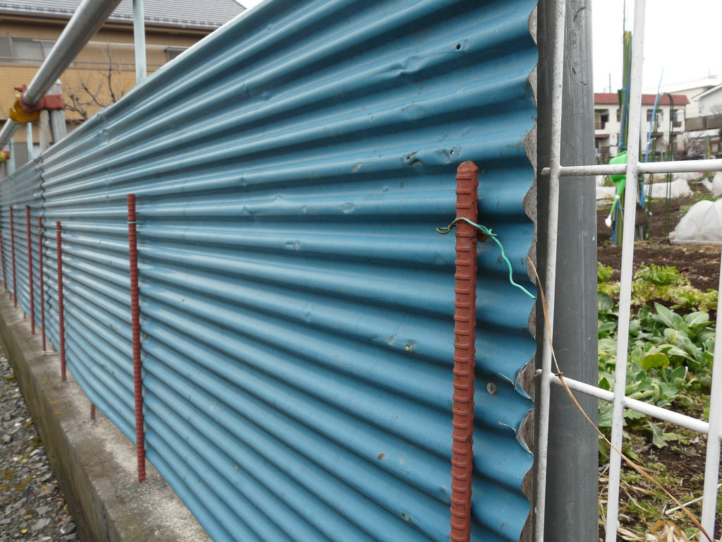 Image of: Corrugated Metal Fence DIY Cost
