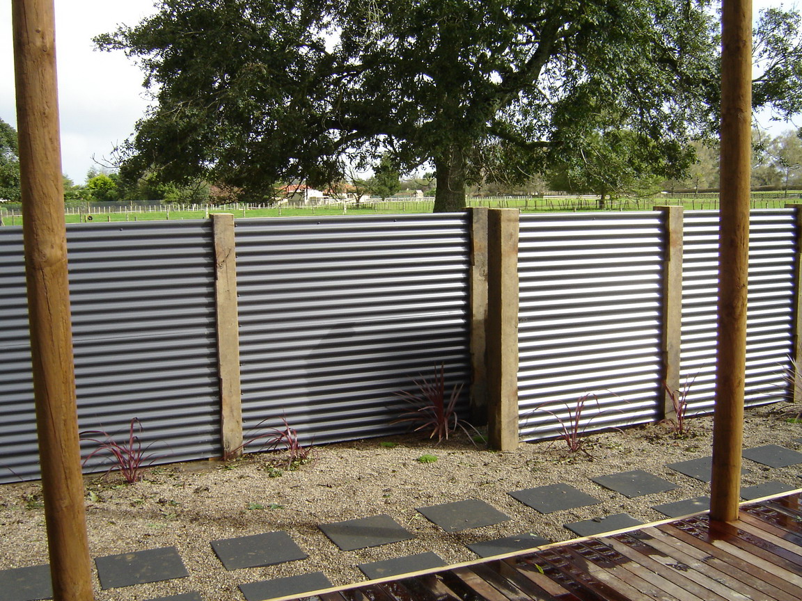 Image of: Corrugated Metal Fence DIY Pros and Cons