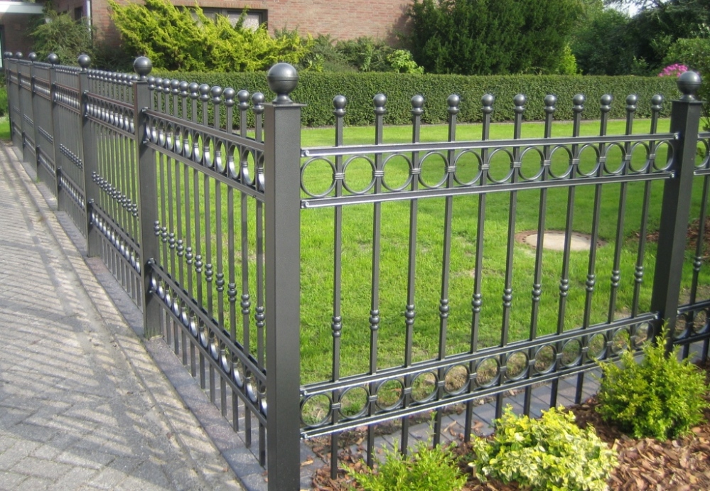 Picture of: Privacy Fence Ideas For Backyard Metal