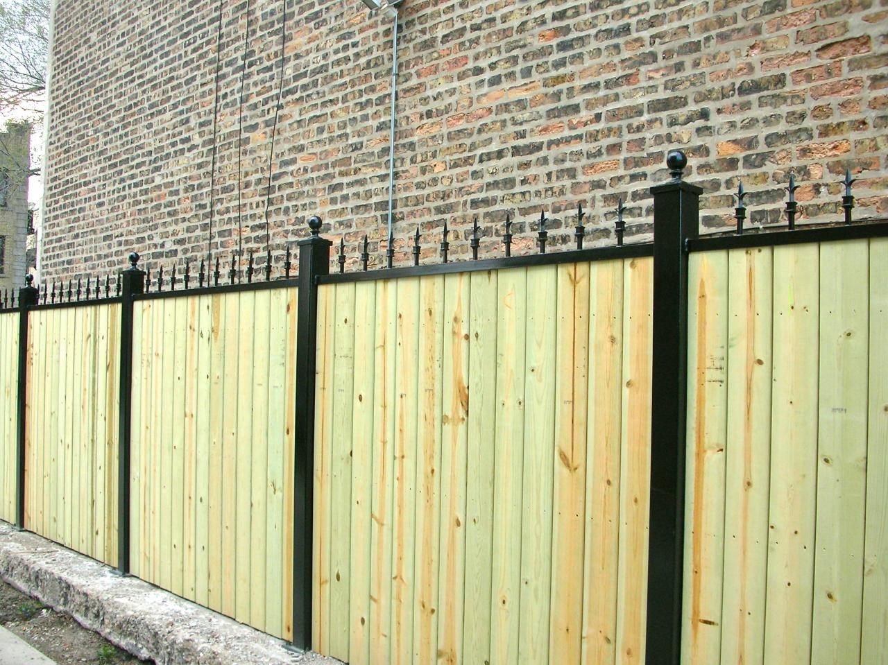 Picture of: Wood and Metal Fence Idea