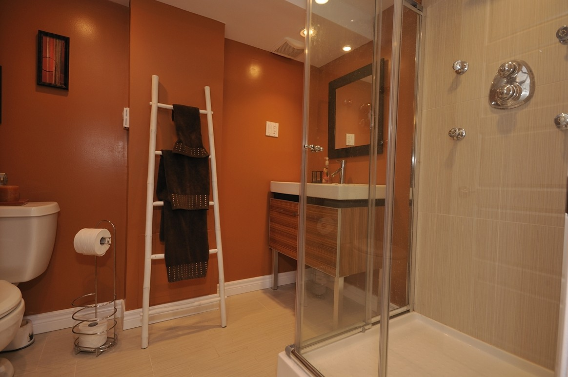 Image of: Basement Bathroom Design Layout for Small Spaces
